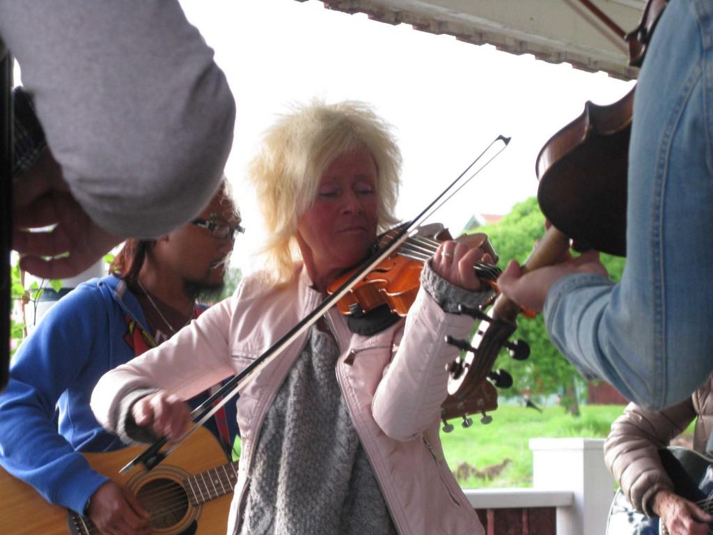 Maria Lärka med sin fiol