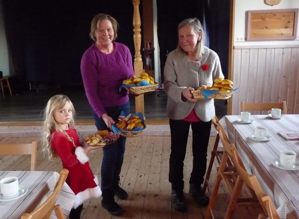 Hanna, Marie och Berit bullar upp