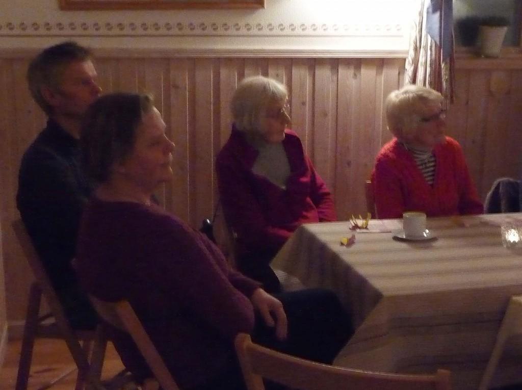 Marie, Per, Ulla och Ingrid lyssnar